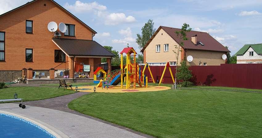 красивый газон с детской площадкой